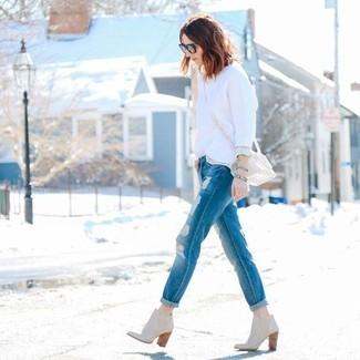 Comment porter: pull à col rond blanc, jean boyfriend déchiré bleu, bottines en cuir beiges, sac bandoulière en cuir beige