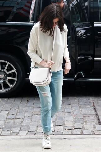 Comment porter: pull à col rond blanc, jean boyfriend déchiré bleu clair, baskets basses blanches, sac bandoulière en cuir blanc
