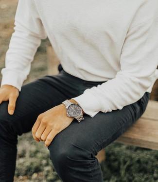 Comment porter: pull à col rond blanc, jean noir, montre argentée