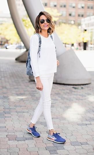 Comment porter: pull à col rond blanc, jean skinny déchiré blanc, baskets basses bleues, sac à dos en denim bleu