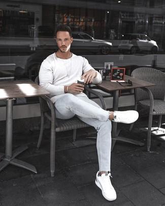 Comment porter: pull à col rond blanc, jean skinny bleu clair, baskets basses blanches, bracelet argenté