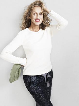 Tenue de Lauren Hutton: Pull à col rond blanc, Pantalon carotte pailleté noir