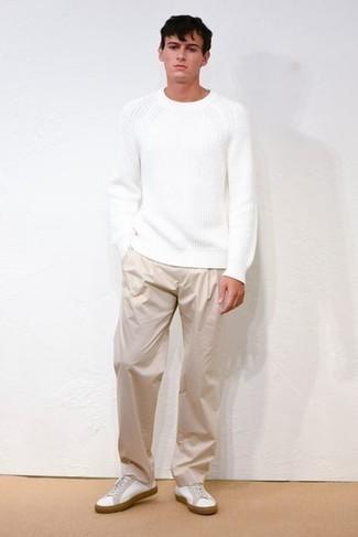 Comment s'habiller au printemps: Choisis un pull à col rond blanc et un pantalon chino beige pour une tenue idéale le week-end. Jouez la carte décontractée pour les chaussures et choisis une paire de baskets basses en toile blanches. Ce look est un de nos préférés de la saison.