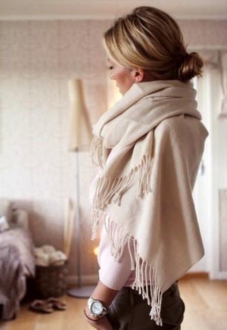 Comment porter: pull à col rond blanc, pantalon chino gris, écharpe beige, montre argentée