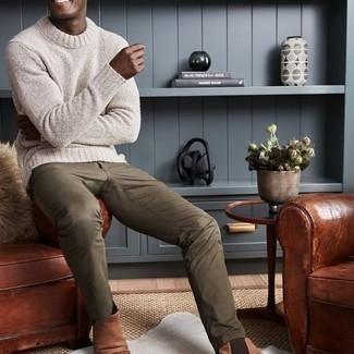 Comment porter un pantalon chino marron clair: Essaie d'associer un pull à col rond blanc avec un pantalon chino marron clair pour une tenue idéale le week-end. Jouez la carte classique pour les chaussures et opte pour une paire de bottines chelsea en cuir marron.