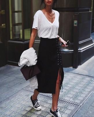 Comment porter des baskets basses noires et blanches: Marie un pull à col rond blanc avec une jupe mi-longue fendue noire pour une tenue raffinée mais idéale le week-end. Tu veux y aller doucement avec les chaussures? Fais d'une paire de des baskets basses noires et blanches ton choix de souliers pour la journée.