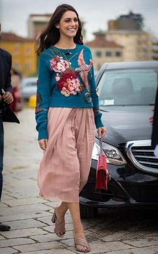 Comment porter: pull à col rond brodé bleu canard, jupe mi-longue plissée rose, mules en cuir beiges, sac bandoulière en daim rouge