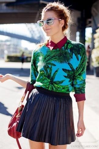 Comment porter: pull à col rond imprimé bleu, chemise de ville bordeaux, jupe patineuse en cuir noire, sac fourre-tout en cuir rouge