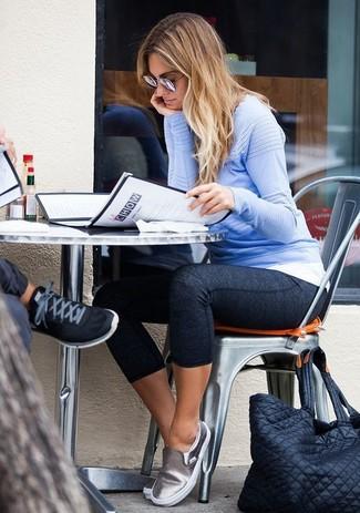 Comment porter des leggings gris foncé: Pense à harmoniser un pull à col rond bleu clair avec des leggings gris foncé pour un look idéal le week-end. Cette tenue se complète parfaitement avec une paire de des baskets à enfiler en cuir argentées.