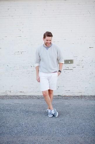 Tendances mode hommes: Pour une tenue de tous les jours pleine de caractère et de personnalité porte un pull à col rond bleu clair et un short blanc. Cette tenue se complète parfaitement avec une paire de des baskets basses en toile bleu clair.