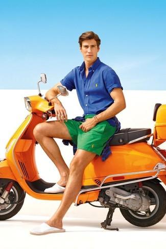Comment porter: pull à col rond à rayures horizontales bleu marine, chemise à manches courtes bleue, short vert, espadrilles en toile blanches
