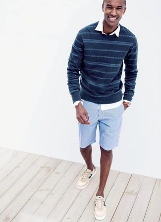 Comment porter: pull à col rond à rayures horizontales bleu marine, chemise à manches longues blanche, short à rayures verticales bleu clair, baskets basses beiges