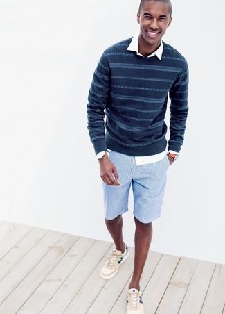 Comment porter: pull à col rond à rayures horizontales bleu marine, chemise à manches longues blanche, short en coton à rayures verticales bleu, baskets basses beiges