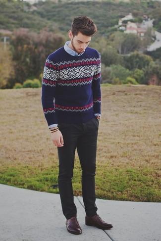 Comment porter: pull à col rond en jacquard bleu marine, chemise à manches longues bleu clair, pantalon chino noir, chaussures richelieu en cuir bordeaux