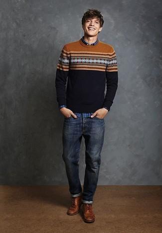 Comment porter: pull à col rond en jacquard bleu marine, chemise à manches longues écossaise bleue, jean bleu marine, bottes brogue en cuir marron