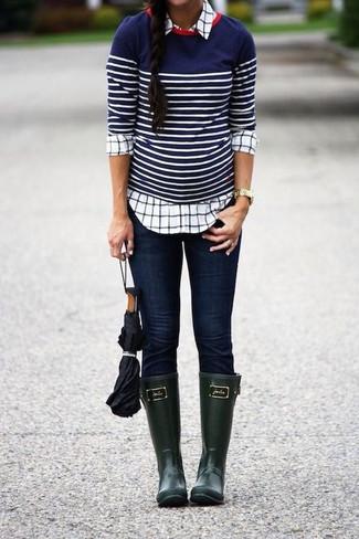 Tenue: Pull à col rond à rayures horizontales bleu marine et blanc, Chemise de ville à carreaux blanche, Jean skinny bleu marine, Bottes de pluie vert foncé