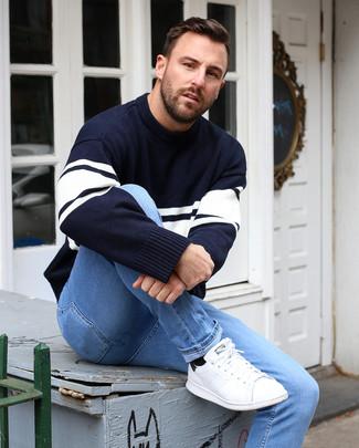 Comment porter: pull à col rond à rayures horizontales bleu marine et blanc, jean skinny bleu clair, baskets basses en cuir blanches, chaussettes noires