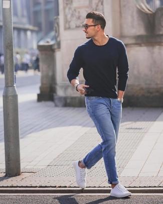 Comment porter: pull à col rond bleu marine, jean bleu, baskets basses blanches