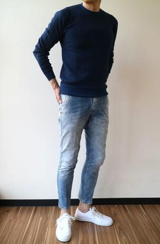 Comment porter: pull à col rond bleu marine, jean bleu, baskets basses en cuir blanches