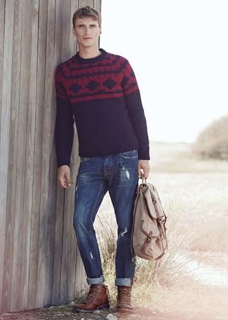 Comment porter: pull à col rond en jacquard bleu marine, jean bleu marine, bottes de loisirs en cuir marron foncé, sac à dos beige