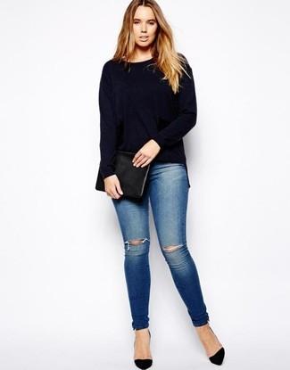 Comment porter: pull à col rond bleu marine, jean skinny déchiré bleu, escarpins en daim noirs, pochette en cuir noire