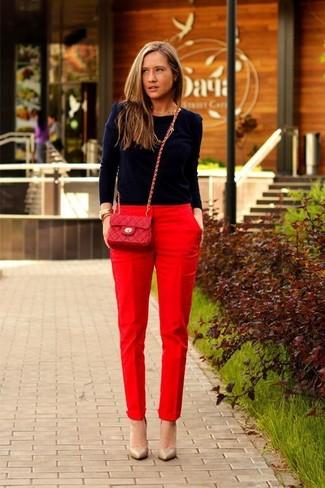 Comment porter: pull à col rond bleu marine, pantalon carotte rouge, escarpins en cuir marron clair, sac bandoulière en cuir matelassé rouge