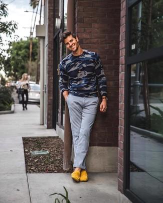 Comment porter: pull à col rond camouflage bleu marine, pantalon chino gris, slippers en daim jaunes, montre en cuir marron foncé
