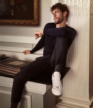 Comment porter: pull à col rond bleu marine, pantalon chino noir, baskets basses en cuir blanches, chaussettes noires