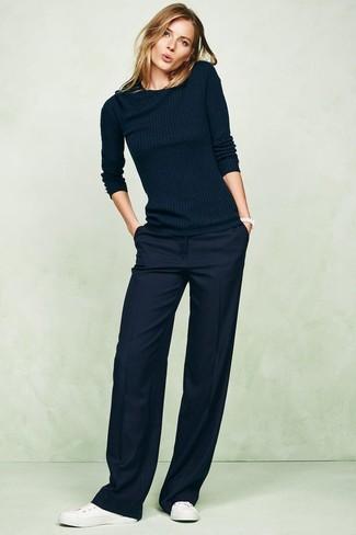 Comment porter: pull à col rond bleu marine, pantalon large bleu marine, baskets basses en cuir blanches