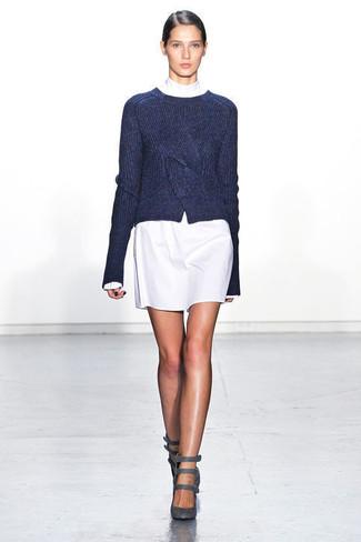 1c6dbb90a39ec Tenue  Pull à col rond bleu marine, Robe droite blanche, Escarpins en daim gris  foncé   Mode femmes