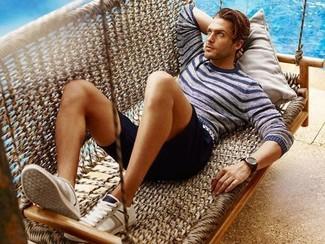 Comment porter: pull à col rond à rayures horizontales bleu marine, short noir, baskets basses beiges, montre marron foncé