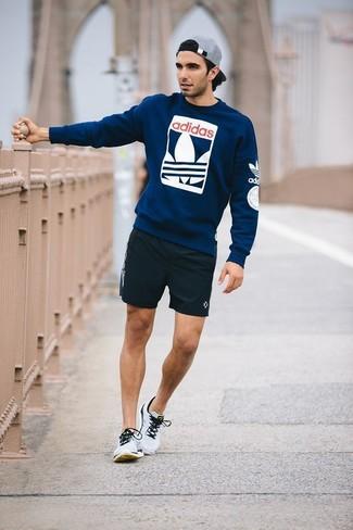 Comment porter: pull à col rond imprimé bleu marine, short noir, chaussures de sport grises, casquette de base-ball grise