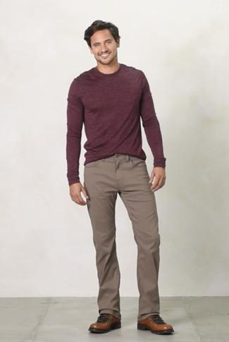Comment porter: pull à col rond bordeaux, pantalon chino marron, bottes de travail en cuir marron
