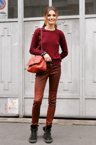 Comment porter: pull à col rond bordeaux, pantalon slim en cuir marron, bottines plates à lacets en daim noires, sac bandoulière en cuir rouge