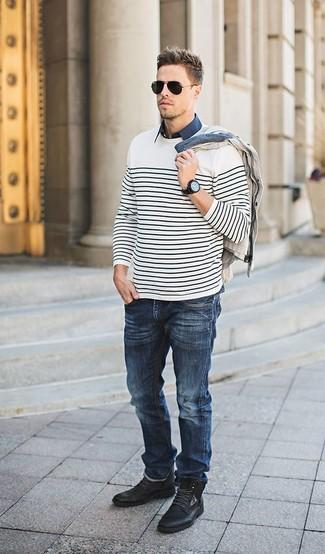 Comment porter: pull à col rond à rayures horizontales blanc et noir, cardigan beige, chemise à manches courtes bleu marine, jean bleu marine