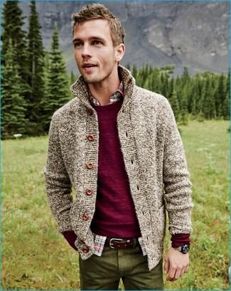 Comment porter: pull à col rond bordeaux, cardigan en tricot beige, chemise à manches longues écossaise multicolore, pantalon chino olive