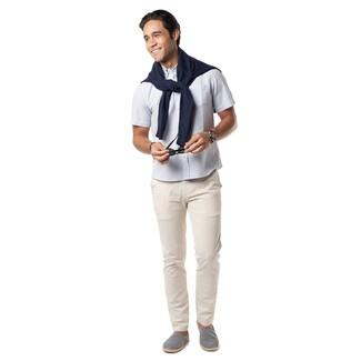 Comment porter: pull à col rond bleu marine, chemise à manches courtes blanche, pantalon chino beige, espadrilles en toile bleu marine et blanc