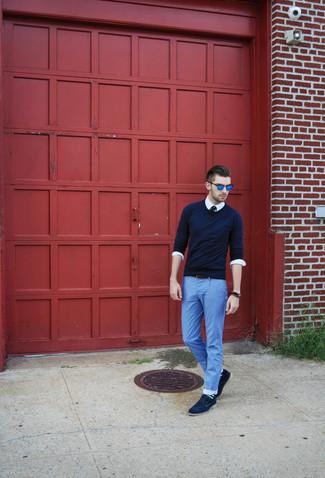 Comment porter: pull à col rond bleu marine, chemise à manches longues blanche, jean léger bleu clair, chaussures derby en daim bleu marine