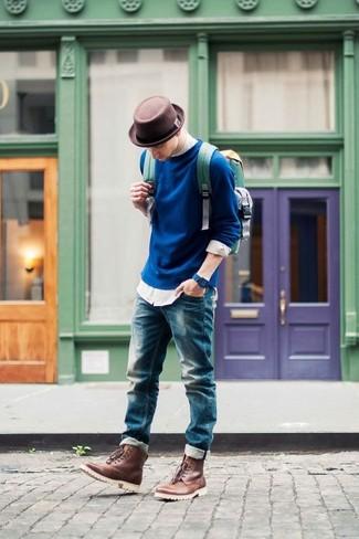 Comment porter: pull à col rond bleu marine, chemise à manches longues blanche, jean bleu, bottes de loisirs en cuir marron