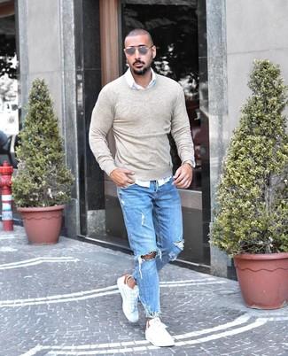 Comment porter: pull à col rond beige, chemise à manches longues blanche, jean déchiré bleu clair, baskets basses en cuir blanches