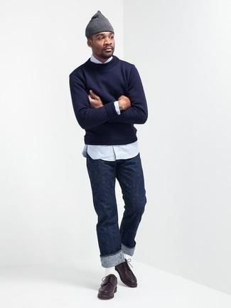 Comment porter un pull à col rond bleu marine: Choisis un pull à col rond bleu marine et un jean bleu marine pour un look de tous les jours facile à porter. Choisis une paire de des chaussures derby en cuir marron foncé pour afficher ton expertise vestimentaire.