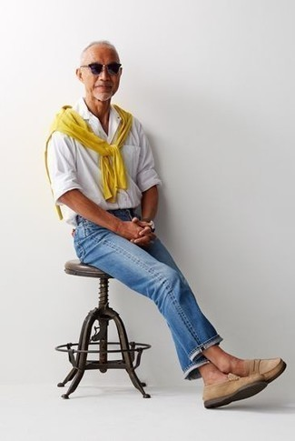 Comment porter une montre marron foncé: Pense à associer un pull à col rond jaune avec une montre marron foncé pour une tenue idéale le week-end. Fais d'une paire de des slippers en daim marron clair ton choix de souliers pour afficher ton expertise vestimentaire.