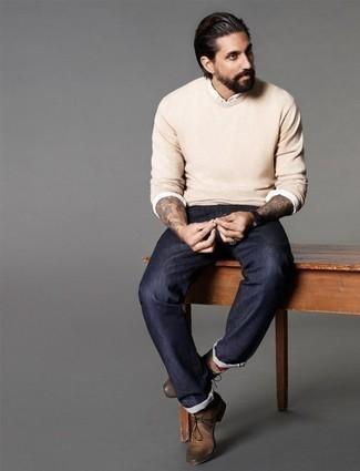 Comment porter des bottines chukka en cuir marron: Essaie d'associer un pull à col rond beige avec un jean bleu marine pour un déjeuner le dimanche entre amis. Une paire de des bottines chukka en cuir marron est une option génial pour complèter cette tenue.