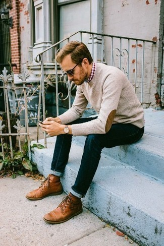 Comment porter des bottes de loisirs en cuir tabac: Harmonise un pull à col rond beige avec un jean bleu marine pour une tenue confortable aussi composée avec goût. Complète cet ensemble avec une paire de des bottes de loisirs en cuir tabac pour afficher ton expertise vestimentaire.