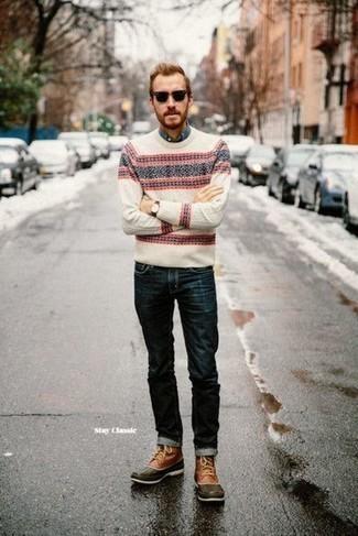 Comment porter une chemise à manches longues en chambray bleue: Opte pour une chemise à manches longues en chambray bleue avec un jean bleu marine pour une tenue confortable aussi composée avec goût. Jouez la carte décontractée pour les chaussures et assortis cette tenue avec une paire de des bottes d'hiver en cuir marron.