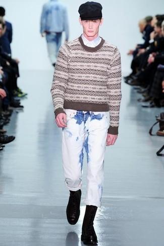 Comment porter: pull à col rond en jacquard marron, chemise à manches longues blanche, jean blanc, bottes de loisirs en cuir noires