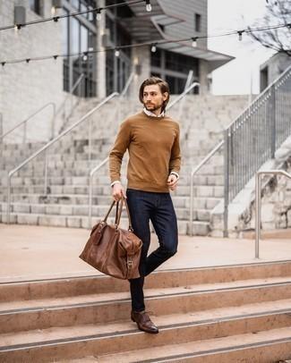 Comment porter un pull à col rond tabac: Pense à associer un pull à col rond tabac avec un jean bleu marine pour un déjeuner le dimanche entre amis. Une paire de chaussures brogues en cuir marron apportera une esthétique classique à l'ensemble.