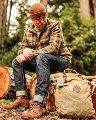 Comment porter un bonnet marron: Choisis pour le confort dans un pull à col rond beige et un bonnet marron. Une paire de bottes de loisirs en cuir marron rendra élégant même le plus décontracté des looks.