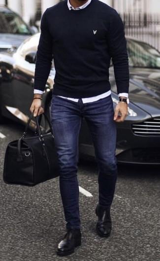 Comment porter un fourre-tout en cuir noir: Harmonise un pull à col rond bleu marine avec un fourre-tout en cuir noir pour un look idéal le week-end. Une paire de des bottines chelsea en cuir noires ajoutera de l'élégance à un look simple.
