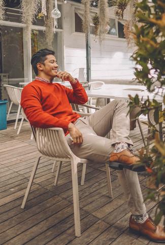 Comment porter: pull à col rond orange, chemise à manches longues écossaise blanc et rouge et bleu marine, pantalon chino beige, chaussures derby en cuir marron
